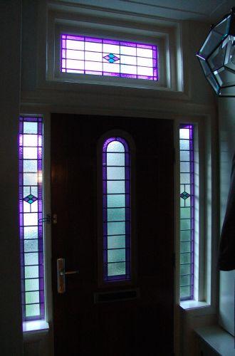 glas in lood in bovenlichten voordeur en binnendeur